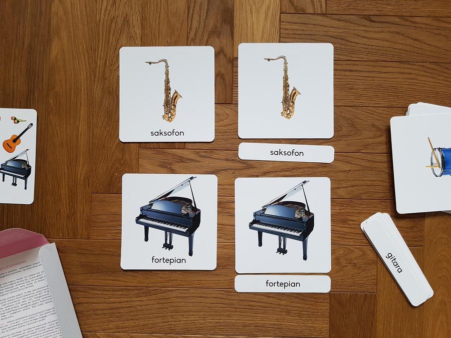 różowa wieża karty z instrumentami
